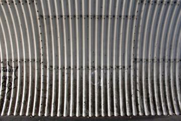 Wellblech im Tunnel Seitenwand