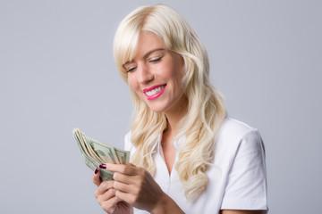 Junge Frau zählt Geldscheine