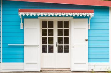 porte de maison créole avec auvent et lambrequins