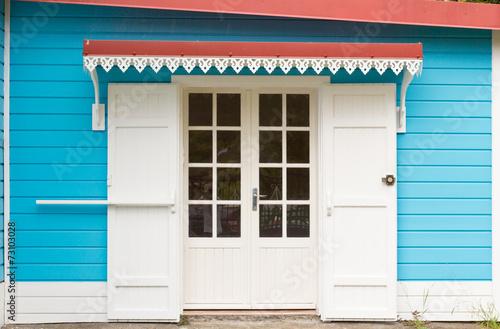 Porte de maison cr ole avec auvent et lambrequins photo for Maison avec auvent