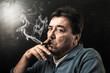 fumando il sigaro - 73104648