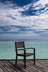 einsamer Stuhl mit Meerblick