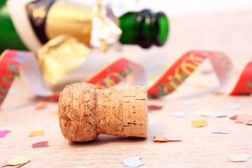 Sektflasche, Korken, Konfetti und Papierschlangen