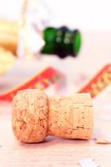 Sektflasche, Korken, Konfetti und Papierschlangen Nahaufnahme