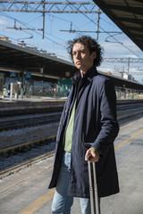 uomo in stazione