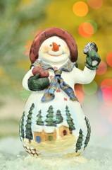 dekoracja bożonarodzeniowa, figurka bałwanka na tle bokeh