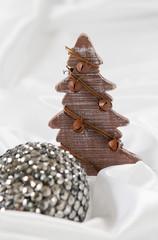 sapin en bois et boule de Noël brillante