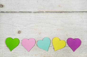 Glück wünschen mit bunten Herzen auf Holz Hintergrund