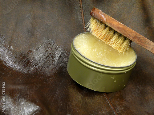 Leinwanddruck Bild Glattlederpflege mit Fett aus der Dose