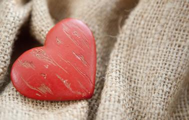 coeur sur fond de toile de jute
