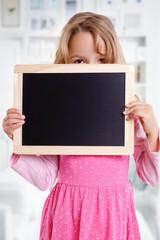 hübsches Mädchen hält Tafel