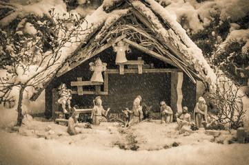 altes Bild einer Weihnachtskrippe im Schneefall