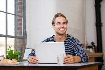 glücklich lächelnder mann arbeitet am notebook