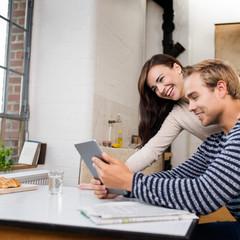 verliebtes paar schaut auf tablet-pc