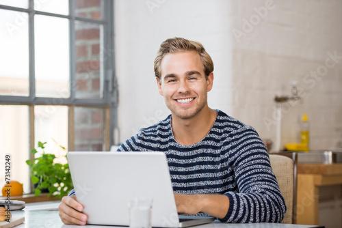 canvas print picture glücklicher junger mann am laptop