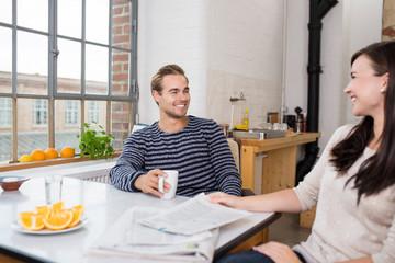 junges paar unterhält sich am küchentisch