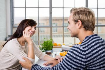 junges paar schaut sich verliebt an