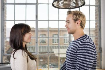 glückliches paar schaut sich verliebt an