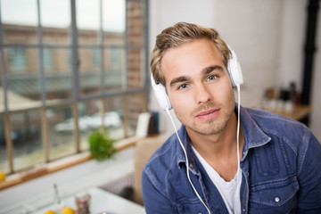 junger man hört musik