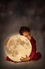 Kind hält den Mond