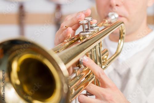 Leinwanddruck Bild Musician playing a trumpet