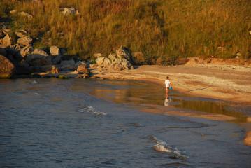 Ребенок на пляже летним вечером