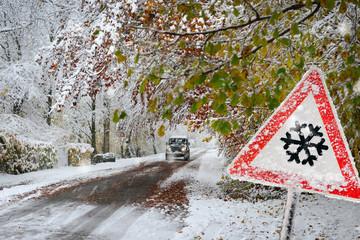 warnschild wegen dem Schneefall auf der Strasse