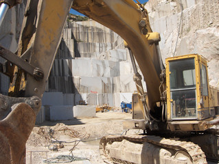 Escavatore in cava di granito