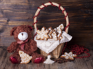Christmas decoration with teddy bears in a basket and cookies.