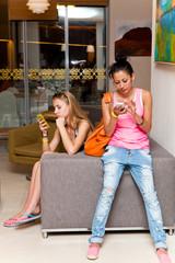 Девушки общаются по телефону