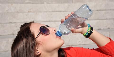 frau beim trinken von wasser