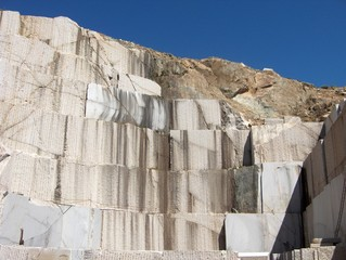 Cava di granito a cielo aperto, fronte di scavo