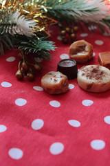 chocolates y caramelos en el pino de navidad