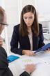 Analyse der Finanzen und Kosten: Mitarbeiter in der Arbeit