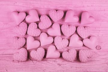 Rosa oder pink Holz Hintergrund mit Herzen zum Valentinstag