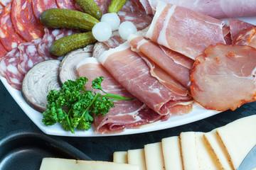 Charcuteries diverses et fromage pour raclette