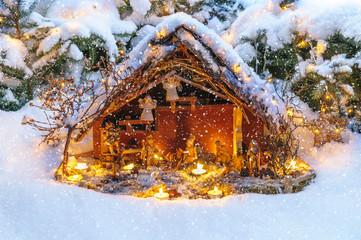 weihnachtliche Krippe im Schneefall