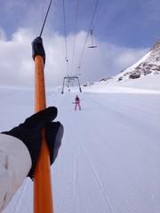 skilift mit skifahrer