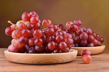 Winogrona na drewnianym talerzu
