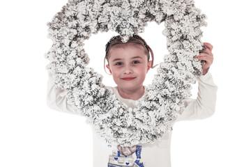Bambina con cuore di Natale