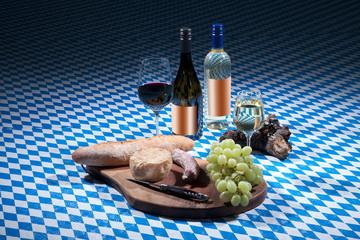 Weinsortimend auf bayerischem Hintergrund mit Vesperteller