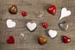 Glückwunschkarte mit Holz und Herzen in rot und weiß