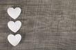 Hochzeitskarte mit Herzen in Weiß auf Holz Hintergrund