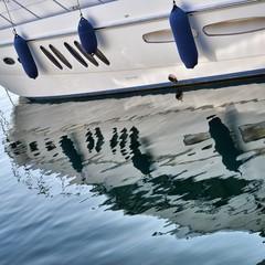 Imbarcazione riflessa nel mare
