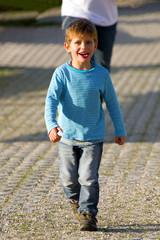 Junge beim spazieren