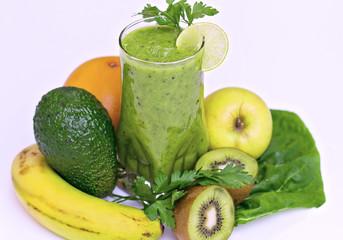Bebida verde de verduras y frutas