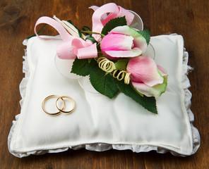 coppia di fedi su cuscinetto con rosa