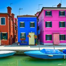 Venise historique, Burano île canal, les maisons colorées et le bateau,