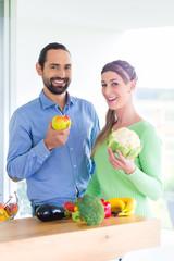 Paar ernährt sich Gesund mit Obst und Gemüse