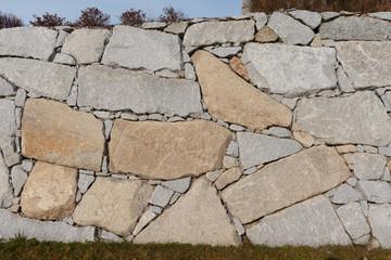 neue Steinmauer aus Granitblöcken